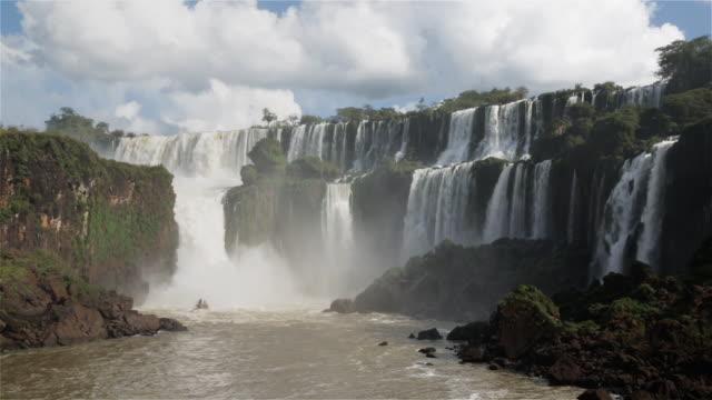 vídeos de stock e filmes b-roll de ws a tour boat beneath iguazu falls / cataratas del iguazu / puerto iguazu, argentina - argentina