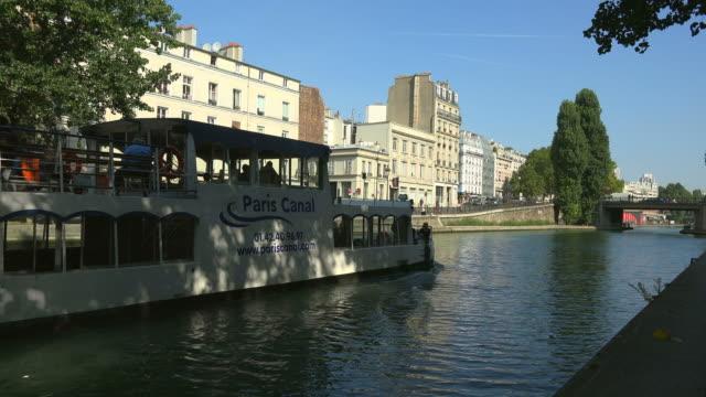 vidéos et rushes de tour boat, canal st. martin at quai de valmy, paris, ile de france, france - canal eau vive