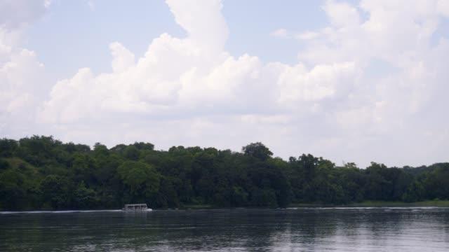 遊覧船クルーズ ナイル川に沿って - ウガンダ点の映像素材/bロール
