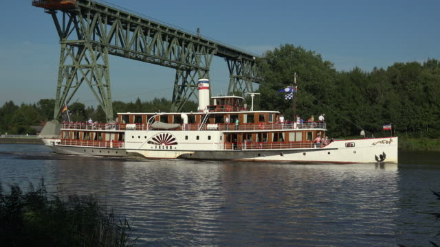 tour boat freya at hochdonn high bridge, kiel canal, hochdonn, dithmarschen, schleswig-holstein, germany - schleswig holstein stock-videos und b-roll-filmmaterial