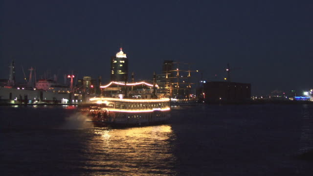 ws, tour boat on elbe river at night, hamburg, germany - imbarcazione per passeggeri video stock e b–roll