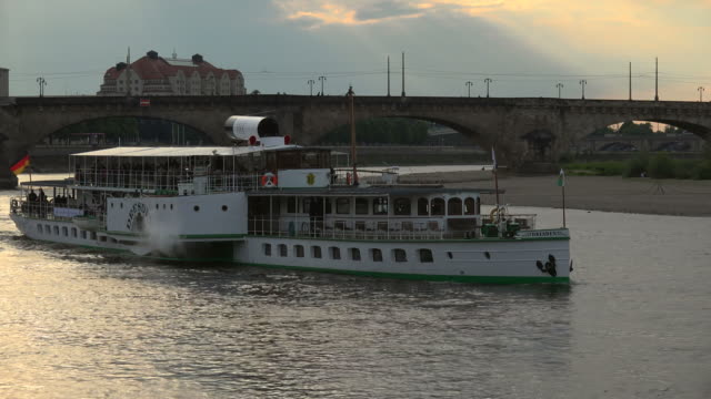 tour boat on elbe river, dresden, saxony, germany - imbarcazione per passeggeri video stock e b–roll