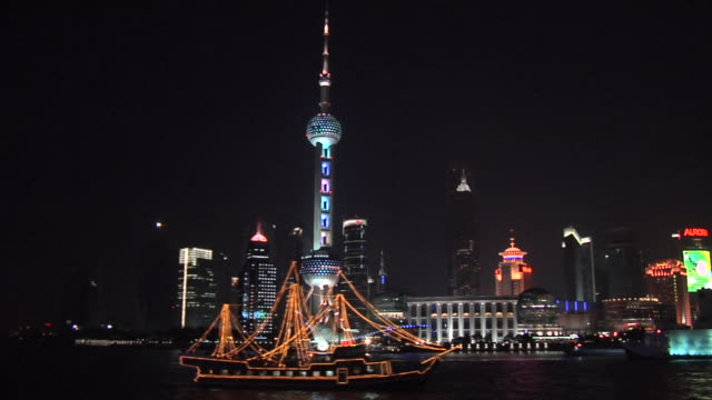 ws tour boat on huangpu river with oriental pearl tower and pudong in background/ shanghai, china - river huangpu stock videos & royalty-free footage