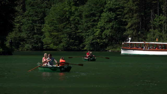 tour boat on lake königssee, berchtesgadener land, upper bavaria, bavaria, germany - ベルヒテスガーデナーランド点の映像素材/bロール