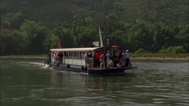 ws pov tour boat on li river, guilin, guangxi zhuang autonomous region, china - guangxi zhuang autonomous region china stock videos & royalty-free footage