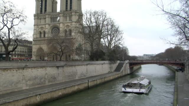 vidéos et rushes de ws tu tour boat on river seine and cathedral notre dame, paris, france - cathédrale