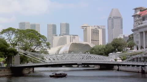 ws, tour boat on singapore river under cavenagh bridge, singapore - hängbro bildbanksvideor och videomaterial från bakom kulisserna