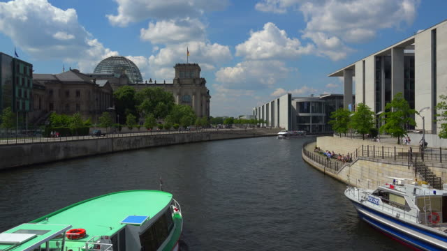 tour boat on spree river with reichstag, paul loebe building and marie elisabeth lueders building, berlin, germany - スプリー川点の映像素材/bロール