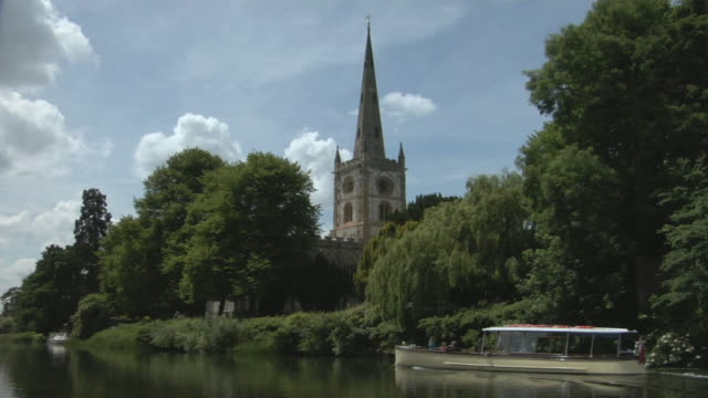 WS Tour boat passing Church of the Holy Trinity on River Avon / Stratford-upon-Avon, England