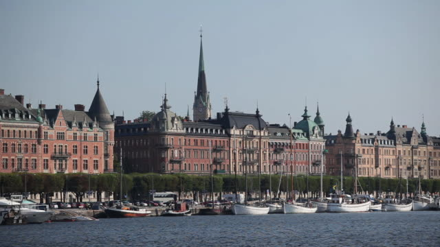 vídeos de stock, filmes e b-roll de ms tour boat passing ostermalm district / stockholm, stockholm, sweden - escrita ocidental