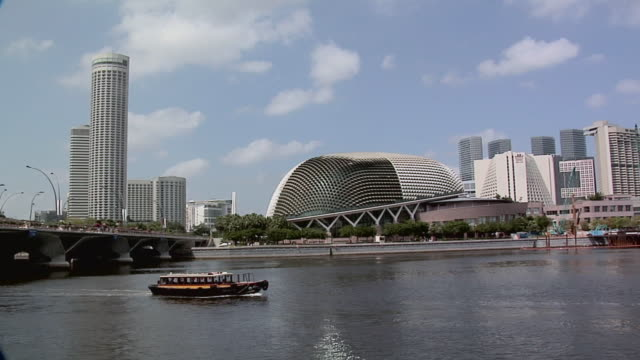 ws, tour boat passing theatres on the bay, esplanade, singapore - promenade stock videos & royalty-free footage