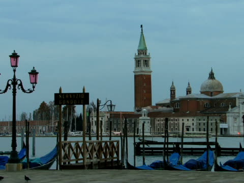 ws tour boat traveling on grand canal past church of san giorgio maggiore and moored gondolas / venice, italy - ausflugsboot stock-videos und b-roll-filmmaterial