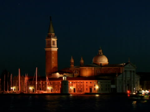 t/l ws tour boat traveling on grand canal past church of san giorgio maggiore / venice, italy - ausflugsboot stock-videos und b-roll-filmmaterial