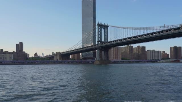 vídeos de stock e filmes b-roll de tour boat travelling under the manhattan bridge - new york - ponte de manhattan