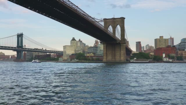 tour boat view of dumbo, brooklyn - new york - 回転遊具点の映像素材/bロール