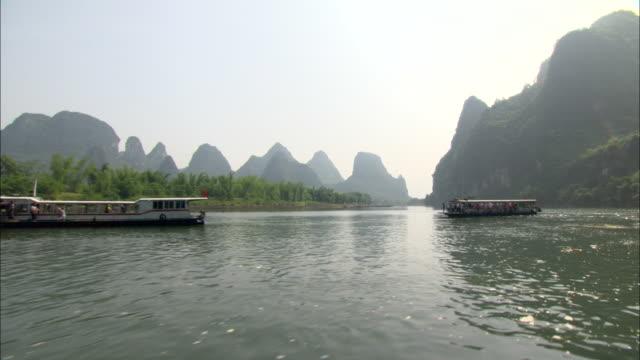 ws pov tour boats on li river, guilin, guangxi zhuang autonomous region, china - guangxi zhuang autonomous region china stock videos & royalty-free footage