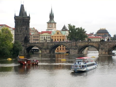ws, zi, tour boats on river vltava, prague, czech republic - ausflugsboot stock-videos und b-roll-filmmaterial