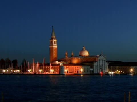 t/l ws tour boats traveling on grand canal past church of san giorgio maggiore / venice, italy - ausflugsboot stock-videos und b-roll-filmmaterial