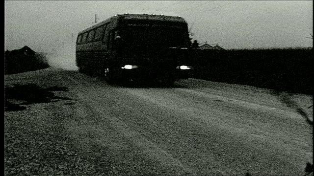 stockvideo's en b-roll-footage met tour bus driving down dirt road in iowa - dubbeldekker bus