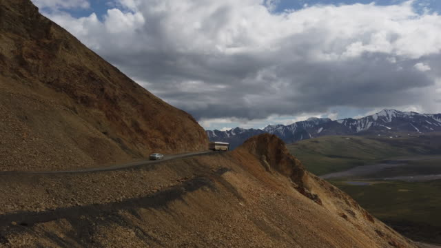 stockvideo's en b-roll-footage met tour bus driving inside denali national park alaska - dubbeldekker bus
