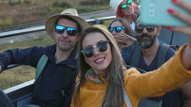 stockvideo's en b-roll-footage met tour bus selfie - dubbeldekker bus