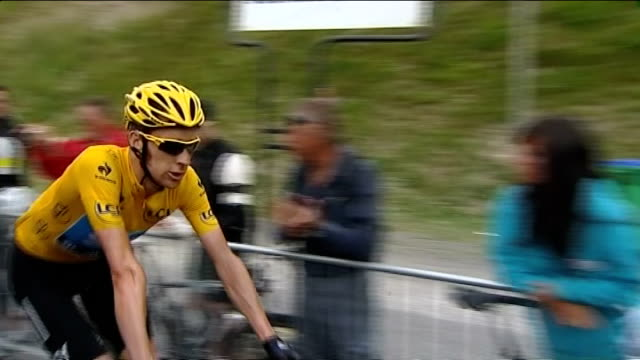 bradley wiggins leads after mountain stage reporter to camera as bradley wiggins past on bicycle in background - ツール・ド・フランス点の映像素材/bロール