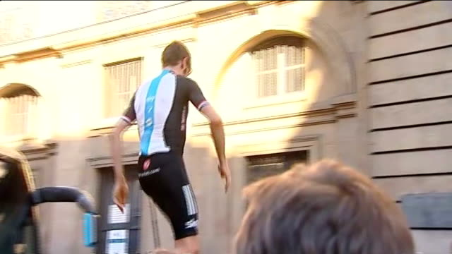 2014 race to start in yorkshire t22071214 france paris bradley wiggins jumping up onto car to acknowledge cheers and applause of fans - ツール・ド・フランス点の映像素材/bロール