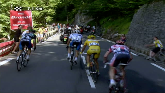alexander vinokourov fails drug test france ext cyclists along - ツール・ド・フランス点の映像素材/bロール