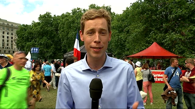 vídeos de stock, filmes e b-roll de crowds view at fan zones england london green park ext reporter to camera various of people sitting in park to wtach tour de france in fan park doug... - parque green
