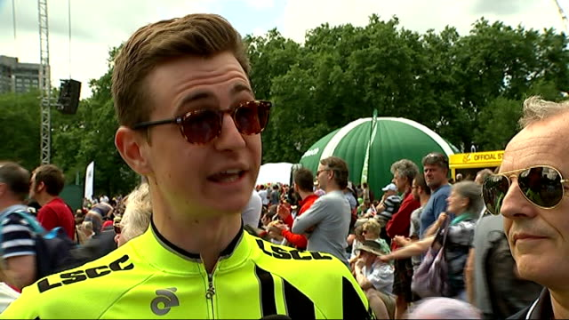 vídeos de stock, filmes e b-roll de crowds view at fan zones london green park jacob interview sot - parque green