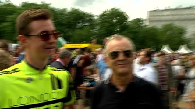 vídeos de stock, filmes e b-roll de crowds view at fan zones london green park jacob interview sot reporter to camera - parque green