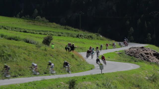ls tour de france cyclists and support vehicles descend the col d'izoard, briancon - ツール・ド・フランス点の映像素材/bロール