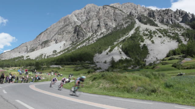 ws tour de france cyclists descend the col d'izoard.brianã§on - endurance stock videos & royalty-free footage
