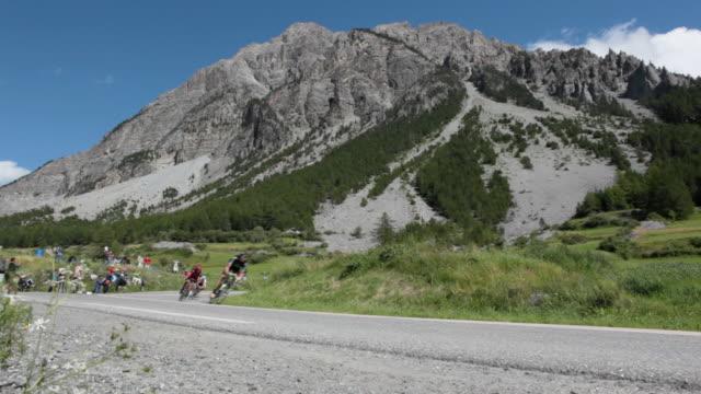 ws tour de france cyclists descend the col d'izoard.brianã§on - ツール・ド・フランス点の映像素材/bロール