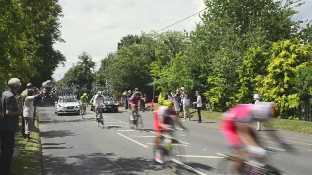 tour de france in england - プロトン点の映像素材/bロール