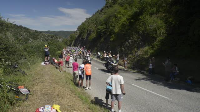 tour de france peloton climbing the d221 from sarras to ardoix - ツール・ド・フランス点の映像素材/bロール