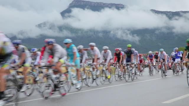 pan ws tour de france peloton on d994 to gap. - ツール・ド・フランス点の映像素材/bロール