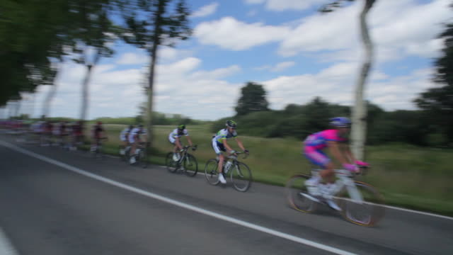 tour de france peloton  on the d904 from villars les dombes - ツール・ド・フランス点の映像素材/bロール