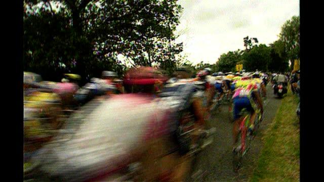 cycling in london july 1994 cyclists along in british section of race - ツール・ド・フランス点の映像素材/bロール