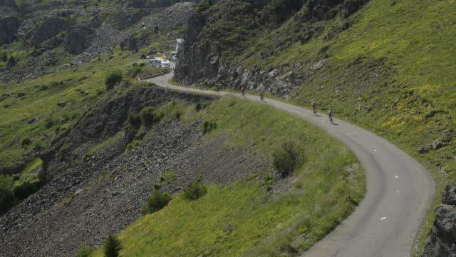 tour de france riders descend the col de la croix de fer - ツール・ド・フランス点の映像素材/bロール