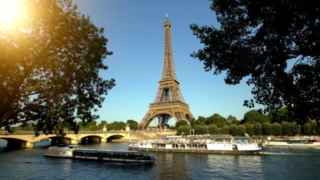 vídeos de stock, filmes e b-roll de tour eiffel em paris com beira-rio, timelapse - ensolarado