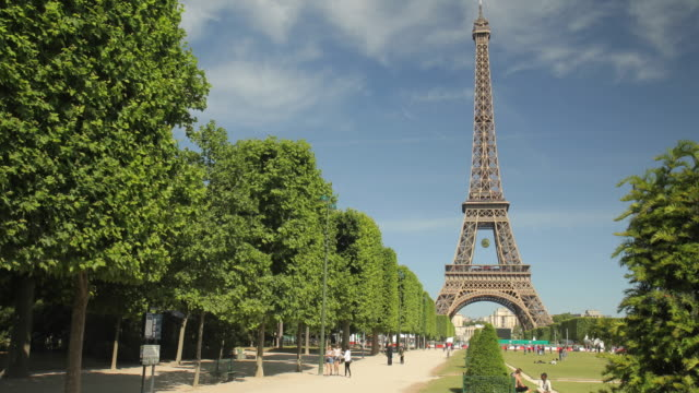tour eiffel in summer - eiffel tower paris stock videos & royalty-free footage