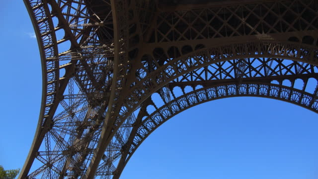 tour eiffel, paris, ile de france, france - low angle view stock-videos und b-roll-filmmaterial