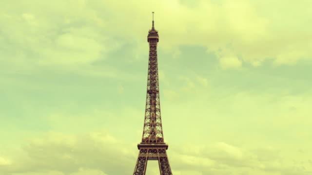 tour eiffel tower vom trocadero, paris, frankreich - mensch im hintergrund stock-videos und b-roll-filmmaterial