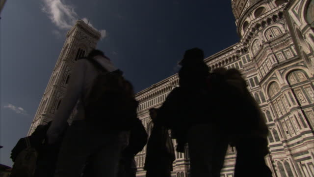 a tour group walks past the florence cathedral. - アーマンド・イアヌッチ点の映像素材/bロール