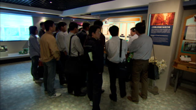 ws tour guide and visitors at shanghai scientific energy conservation exhibition hall at shanghai energy resource center, shanghai, china - booth stock videos & royalty-free footage