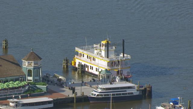 vidéos et rushes de ws zo aerial pov tourboat moored in potomac river, town in background / alexandria, virginia, united states - alexandria virginie