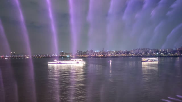 tourboat on the han river and rainbow fountain at banpodaegyo brigde - tourboat stock videos & royalty-free footage