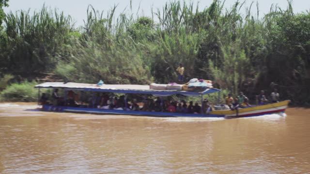 川沿いの tourboat - マダガスカル点の映像素材/bロール