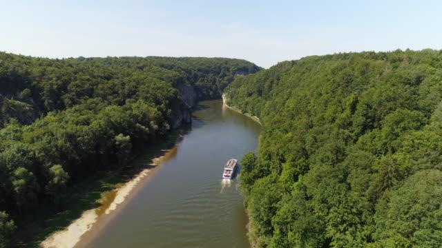 kelheim weltenburg のドナウ川の渓谷を通過 tourboat - 景勝地点の映像素材/bロール